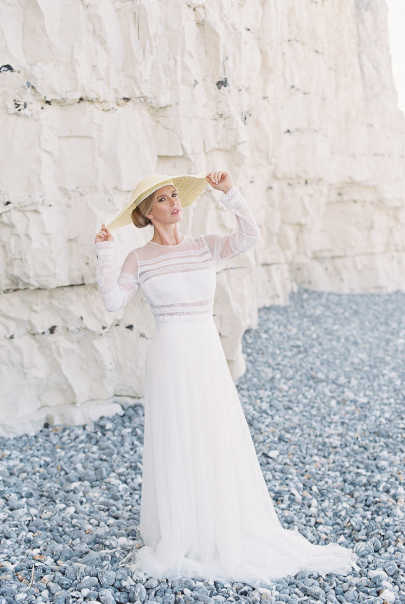 romantic and modern bride choose to wear the hat